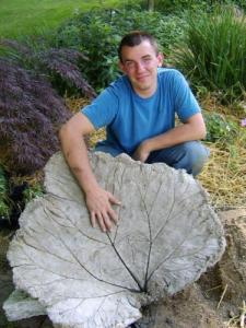 bird bhttp://thehomesteadsurvival.com/large-leaf-birdbath-diy-project/#.UdNqaPlvM05ath